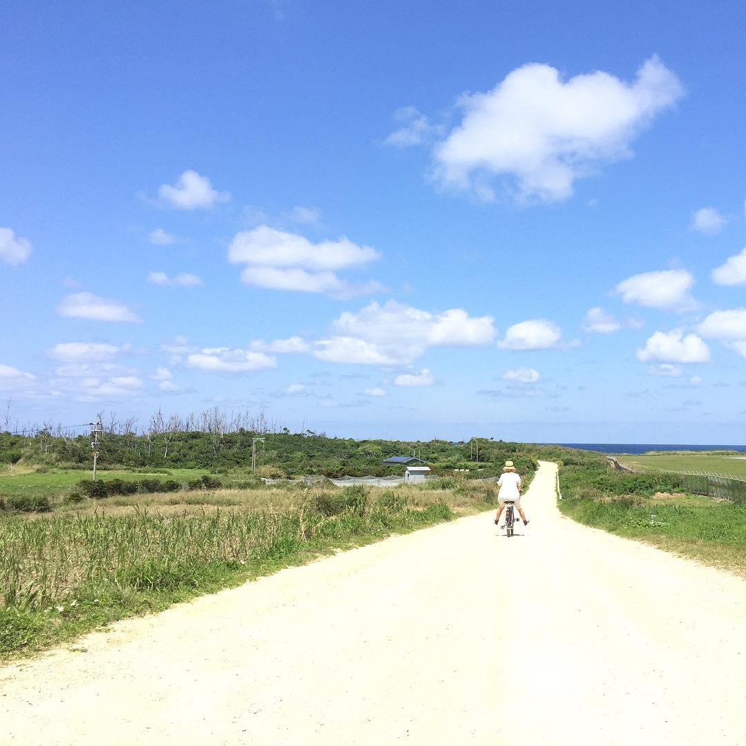 青い空と白い道と自転車。