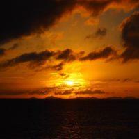 伊平屋島の向こうに夕日が沈んでいきます。