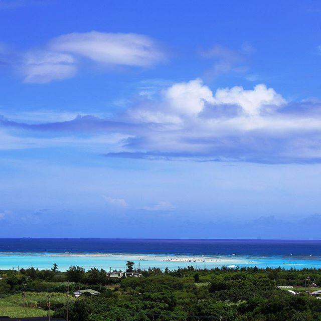 ひとつの風景に様々な『あお』があるもんです。今日は風が吹いてるけど、暑くて堪らんです。遠くに百合ヶ浜。#百合ヶ浜 #与論島 #与論島の海 #ヨロン#beach #sandbar #sky #summer -Instagram-
