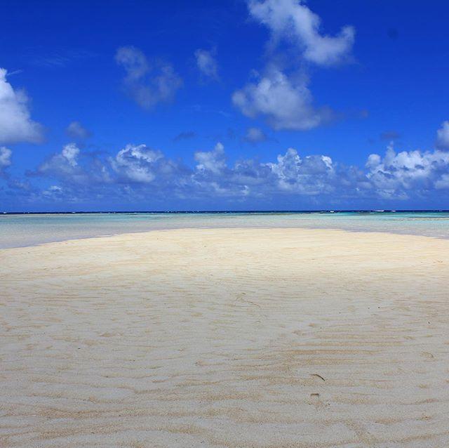 与論島百合ヶ浜。手前は日かげで奥は日なた。#百合ヶ浜 #sandbar #与論島の海#ocean #与論 #ヨロン -Instagram-