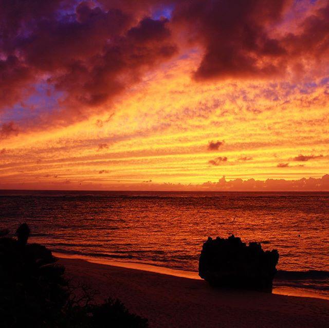 『ゴォォーッ』っていう効果音が似合いそうな今日の夕焼け空。#与論島 #ヨロン #sunset -Instagram-