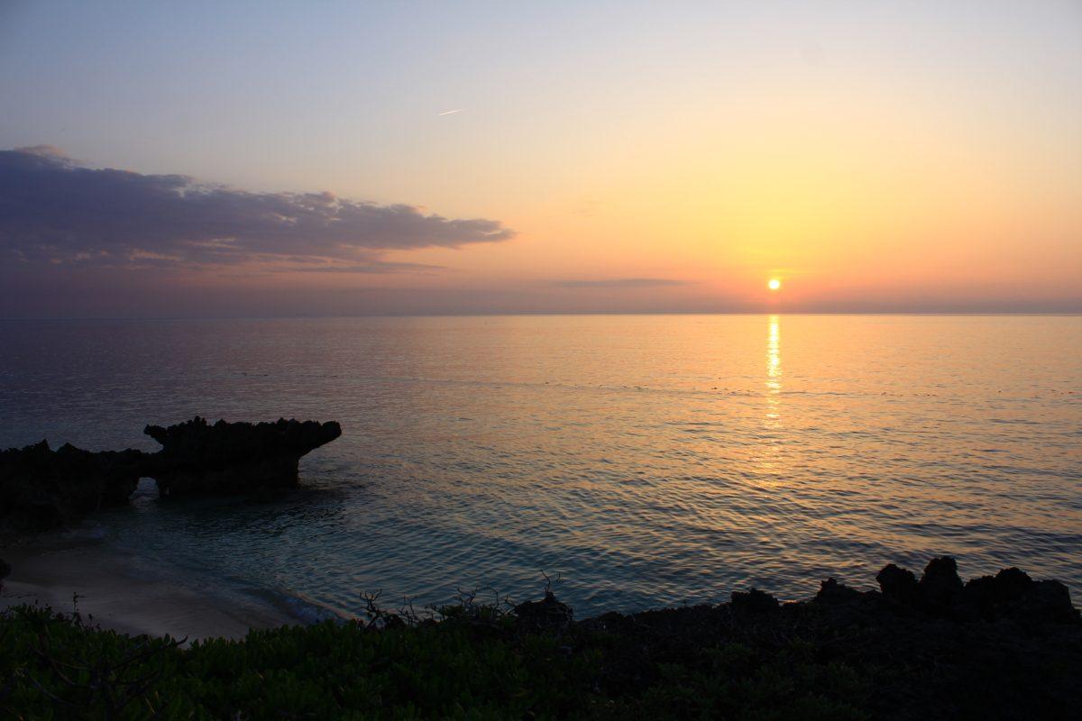 ヨロンの形をしたトンネルと夕日