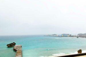雨の与論港