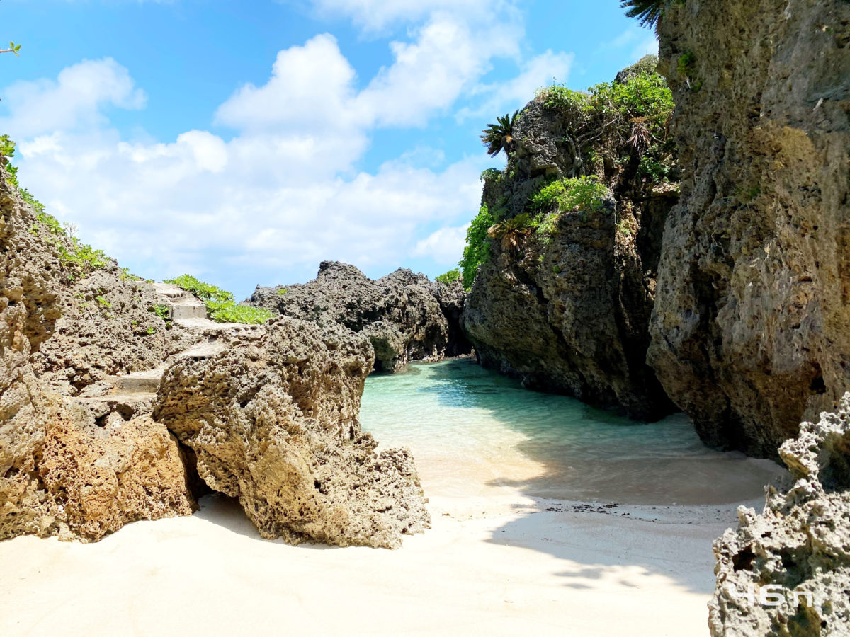 岩に囲まれた海